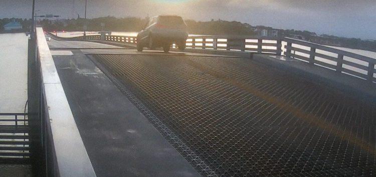 """Во Флориде автомобиль """"перелетел"""" через разводной мост"""