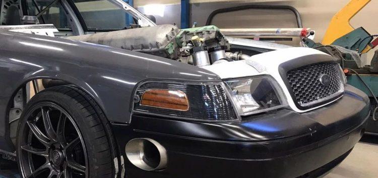 Швейцарець робить Ford Crown Victoria з танковим двигуном