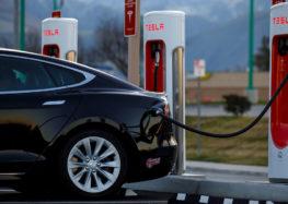 Компанія Tesla побудує зарядну станцію з рестораном та кінотеатром