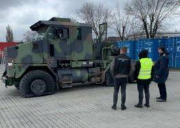 В Україну спробували завезти унікальний тягач американської армії