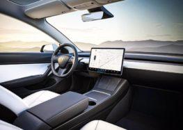 Камера в салоні Tesla буде стежити за увагою водія