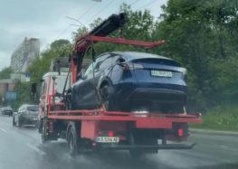 В Киеве был эвакуирован электрокар Tesla вместе с зарядным кабелем