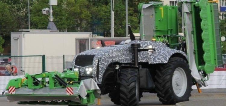 У Мінську представили перший безпілотний трактор