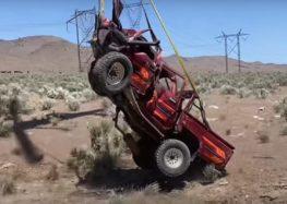 Toyota Hilux скинули з 3 кілометрів (відео)