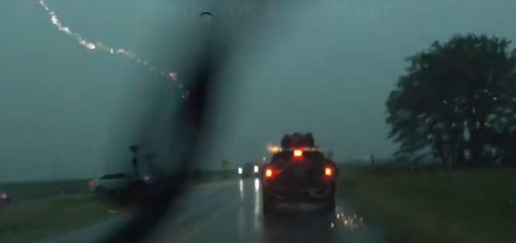 В Америці блискавка влучила в Jeep Grand Cherokee (відео)