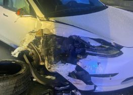 Електромобіль Тесла на автопілоті врізався в поліцейське авто