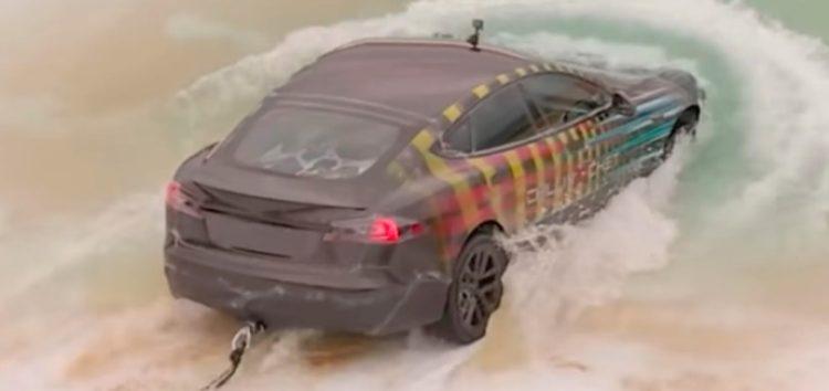 Американец захотел прокатиться на Tesla под водой (видео)
